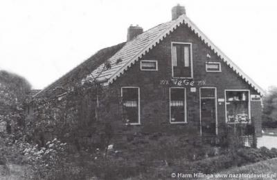 In 1976 heeft het laatste kruidenierswinkeltje van Meerland de deuren gesloten. Het betrof de VéGé van Kobus Naaijer en zijn vrouw Menje. (© Harm Hillinga / https://nazatendevries.nl)