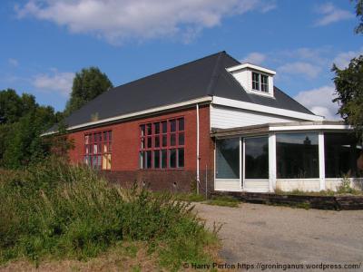De lagere school van Meerland heeft na afloop van schooljaar 1983-1984, als zij nog slechts 13 leerlingen telt, de deuren gesloten. Het schoolgebouw is verbouwd tot en in gebruik genomen als woonhuis. Op de foto de situatie anno 2008.