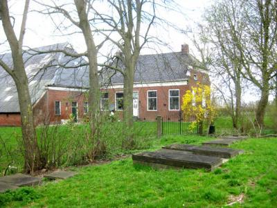 En dit is hem dan: de rijksmonumentale begraafplaats van het voormalige dorp Menkeweer, als aandenken aan de kerk die er tot 1828 nog bij stond. De laatste begrafenis heeft hier in 1903 plaatsgevonden. (© H.W. Fluks)