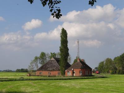 Boerderijtje in het land tussen Menkeweer en Warffum (© Harry Perton/https://groninganus.wordpress.com)