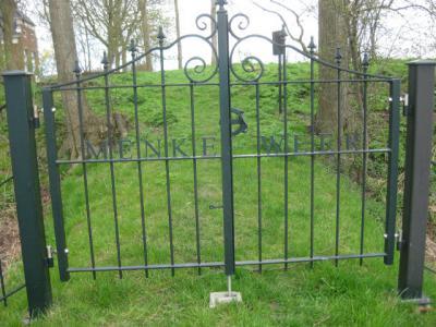 Buurtschap Menkeweer heeft helaas geen plaatsnaambordjes. De plaatsnaam staat wel op het toegangshek naar de begraafplaats. Ook mooi. En op de boerderij ernaast, dat is de voormalige weem (Gronings voor pastorie). (© H.W. Fluks)