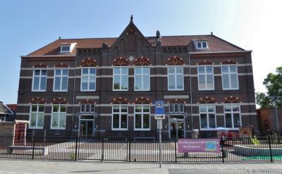 De Vledderschool uit 1908 is de eerste school die in Meppel gebouwd is na de invoering van de leerplicht. Het was toen de modernste school van Drenthe. Lees het mooie verhaal over deze school op https://www.canonvannederland.nl/nl/drenthe/meppel/scholen