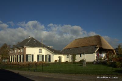 Monumentale boerderij in de Dorpsstraat tegenover de kerk.