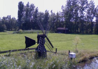 In het N deel van buurtschap Middel, N van Westzaan, staat een weidemolentje, genaamd De Jonge Bart. Deze is niet meer in functie. (© Google)