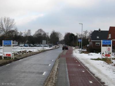 Komend vanuit Groningen-Euvelgunne over de Olgerweg, staat keurig met blauwe plaatsnaamborden (komborden) aangegeven dat het linkerdeel onder het dorp Middelbert valt, en het rechterdeel onder het dorp Engelbert.