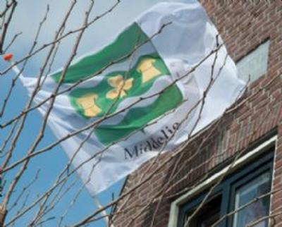 Middelie heeft een fraaie dorpsvlag. Ca. 150 huishoudens hebben er een aangeschaft t.g.v. het Jubileumfeest in 2015, dus dat is een mooi gezicht als ze die allemaal uithangen bij bijzondere gelegenheden.