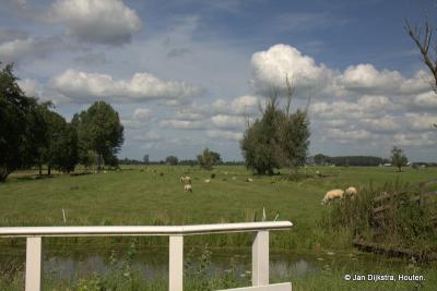 Vanuit de buurtschap Middelkoop kijken we in N richting over het uitgestrekte landschap van de Vijfheerenlanden tussen Leerdam en Vianen