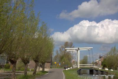 Vanaf de weg Mijzijde kun je over dit bruggetje naar de Houtkade, die de N grens vormt van de buurtschap Mijzijde.
