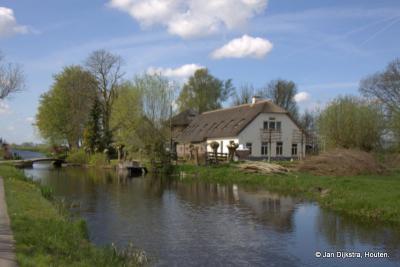 Het is een flink stuk lopen naar deze boerderij aan de Houtkade in buurtschap Mijzijde, maar dan heb je ook een mooi plaatje.
