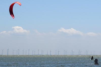 In 1995 heeft restaurant It Mirnser Klif bij Mirns een strand aangelegd, het enige strand van Gaasterland. Op het IJsselmeer alhier kun je o.a. goed kitesurfen. Op de achtergrond de turbines van het in 2016 in gebruik genomen Windpark Noordoostpolder.