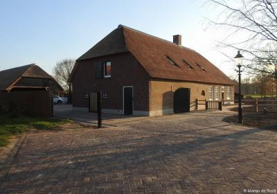 De woonboerderij op Broekstraat 8 in buurtschap Moerenburg dateert uit 1711 en is in 2017/2018 grotendeels vernieuwd. De woonboerderij is in 2015 aangekocht door Paul en Anita van Abeelen. Ze hebben het pand D'n Abeel gedoopt.