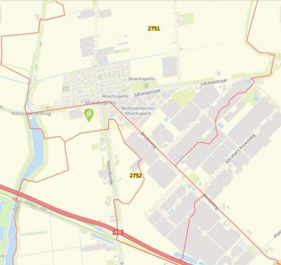De grens tussen Moerkapelle en Zevenhuizen liep oorspronkelijk o.a. door de weg Moerkapelse Zijde. In de jaren zeventig heeft men een N deel van Zevenhuizen naar Moerkapelle verhuisd (= het vak op de kaart met de groene pijl erin). (© www.spotzi.com)