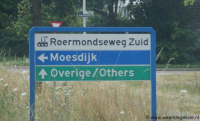 De buurtschap Moesdijk heeft geen plaatsnaamborden. Het richtingbord 'Moesdijk' in de omgeving verwijst naar het gelijknamige bedrijventerrein, N van de buurtschap.