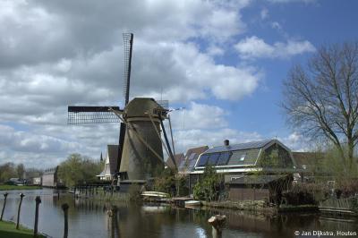 Ook een goede Alblasserwaardse traditie is dat in ieder dorp wel een of meer molens bewaard zijn gebleven. Ook Molenaarsgraaf heeft er nog twee. Dit is de Kerkmolen.