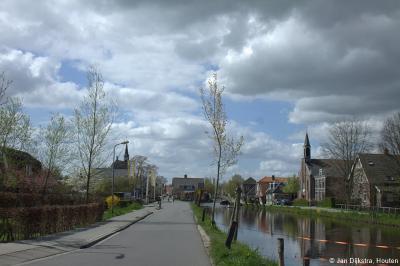 De kerken van de dorpen Molenaarsgraaf (links) en Gijbeland (rechts) (met tussen hen in het riviertje de Graafstroom), hier gezien in westelijke richting, liggen bijna recht tegenover elkaar.