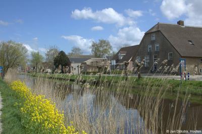 Zoals in veel Alblasserwaardse dorpen zijn gelukkig ook in Molenaarsgraaf nog veel oude, monumentale boerderijen bewaard gebleven, dus er valt veel moois te zien als je hier doorheen fietst of wandelt.