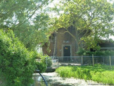 Het thans vervallen voormalige gemaal in buurtschap Molenbrug dateert uit 1875, is nadien diverse malen gemoderniseerd en is nog tot 2006 in functie geweest. Het is geen formeel monument maar is wel pittroresk.