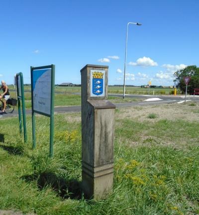 Op de punten waar je de streek Het Bildt binnenkomt, heeft men mooie palen geplaatst met het wapen van de streek. In dit geval bij buurtschap Mooie Paal. Hoe toepasselijk. :-) (© Hans van Embden)
