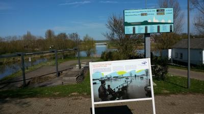 Moordhuizen, in 2012 is het watersnoodmonument i.v.m. het hoogwater van 1995 van Alphen naar het gemaal in Moordhuizen verplaatst. Voor nadere informatie zie het hoofdstuk Bezienswaardigheden.