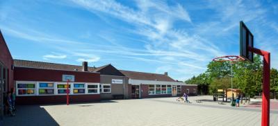 Voorheen basisschool St. Jozef in Moorveld heet tegenwoordig basisschool Ondersteboven, wat verwijst naar de dorpsdelen van Geulle: Geulle-Beneden (in het Limburgs 'Gäöl ónger') en Geulle-Boven. (© www.bs-ondersteboven.nl)