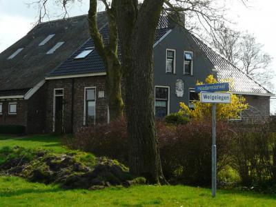 Deze boerderij in Morra heet Welgelegen, maar het bordje is een plaatsnaambordje en suggereert dat het hele huizengroepje ter plekke als buurtschap Welgelegen moet worden beschouwd. Wie weet hier meer van? Wij kunnen er niets over vinden... (© H.W. Fluks)