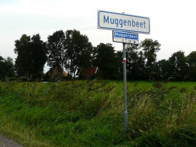 Sinds 2015 staan er naast straatnaambordjes ook plaatsnaamborden in Muggenbeet. Wel zo duidelijk, want dat geeft aan de voorbijganger expliciet aan dat Muggenbeet niet alleen een straatnaam, maar ook een buurtschap en dus woonplaats is. (© H.W. Fluks)