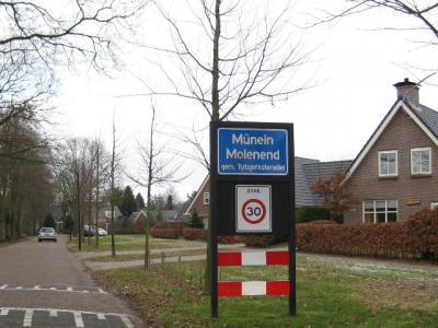 In de gemeente Tytsjerksteradiel zijn de plaatsnamen namelijk al sinds 1989 officieel Friestalig (bijvoorbeeld in de postadressen). Uit serviceoverwegingen naar 'Hollanders' staan de Nederlandse namen er ook nog wel onder op de plaatsnaamborden.