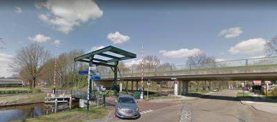 Munnekemoer, ophaalbrug in de Matenweg over het Ter Apelkanaal, met daarachter de N366. Voor de aanleg daarvan moest in ieder geval één pand in deze omgeving (destijds Matenweg 1) worden afgebroken. Direct achter de brug ligt het 8e Verlaat. (© Google)