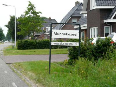 Het huizengroepje tussen Munnekeburen en Scherpenzeel heeft zich in 2010 benoemd tot buurtschap Munnekezeel. De plaatsnaamborden van het Polderfeest 2010 zijn daar blijven staan. (© H.W. Fluks)
