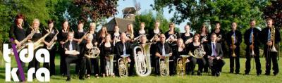 Het kleine dorp Munnekezijl met nog geen 500 inwoners heeft een bijna 100 jaar oude maar nog altijd bloeiende muziekvereniging met de exotische naam Tida Kira, wat 'Nooit Gedacht' blijkt te betekenen.