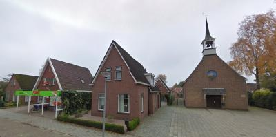In een klein dorp als Mussel zijn natuurlijk ook de voorzieningen op de grootte van het dorp afgestemd. Zo is er een Hervormd kerkje en een Attent supermarktje. Overigens staat het kerktorentje niet echt scheef, dat is een vertekend beeld van de foto. ;-)