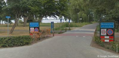 De recent gerealiseerde wijkjes Naarderbos en Naardereiland, N van de A1, bij de jachthaven, hadden voorheen blauwe plaatsnaamborden en tegenwoordig witte. Kennelijk waren het voorheen aparte 'bebouwde kommen' en nu niet meer.