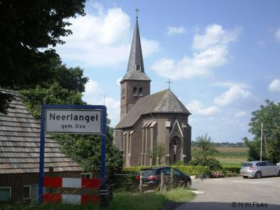 Het dorpje Neerlangel is met ca. 25 huizen zo 'dunbebouwd' dat het geen 'bebouwde kom' heeft. Daarom heeft het dorp witte plaatsnaamborden en geen blauwe.