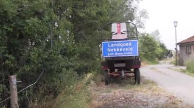 Douwe Veldhuizen heeft op zijn landgoed een plaatsnaambord geplaatst getiteld 'Landgoed Nekkeveld gem. Bunschoten'. Hoe dat zit, kun je lezen in het hoofdstuk Recente ontwikkelingen. (© www.rtvbunschoten.nl)