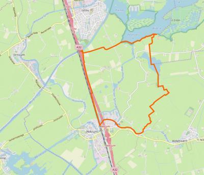 Op deze kaart zie je binnen de oranje lijn het dorpsgebied van Nes, met in de ZW hoek een sinds begin 21e eeuw grote, maar nog altijd compacte dorpskern, en verder een omvangrijk, dunbebouwd buitengebied. (© OpenStreetMap)