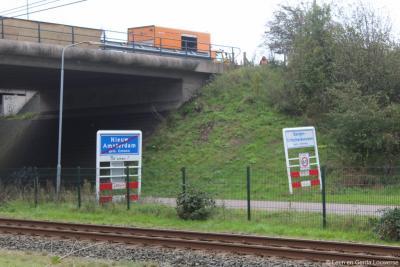Zodra je onder de A37 door, langs de spoorlijn het dorp Nieuw-Amsterdam verlaat, kom je aansluitend de buurtschap Barger-Erfscheidenveen binnen. Beide worden ter plekke keurig met plaatsnaamborden aangegeven.