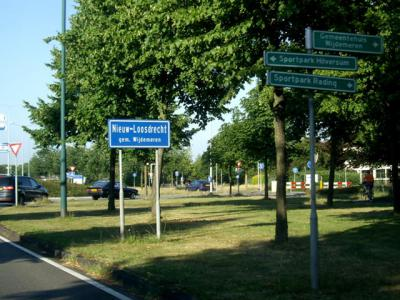 Het dorp Nieuw-Loosdrecht bestaat niet in de postadressen, in die zin ligt het dorp 'in' Loosdrecht. In de praktijk bestaat het dorp Nieuw-Loosdrecht nog altijd, ter plekke is dat ook te zien aan de officiële blauwe plaatsnaamborden. (© H.W. Fluks)