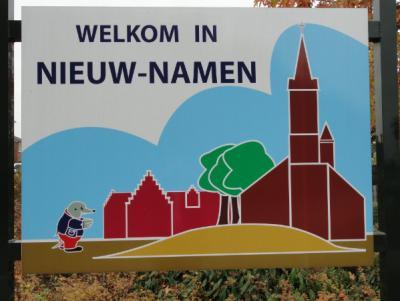 Bezoekers worden met dit mooie bord gastvrij welkom geheten in het Zeeuws-Vlaamse grensdorp Nieuw-Namen