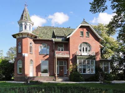 In Nieuw Beerta vind je veel kapitale Oldambster boerderijen en renteniersvilla's. Hier bijv. de villa uit 1909 in overgangsstijl met art nouveau-elementen op Hoofdweg 81.