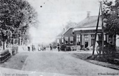 Ansichtkaart van Nieuw Beerta, begin 20e eeuw. Vooraan is de smederij, in het eerste huis achter de smederij woonde destijds mej. Hendrika Busscher, daar was het hulppostkantoor van Nieuw Beerta gevestigd.