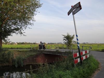 Dit is de brug over de Zuidwending bij buurtschap Nieuwbrug. Dit is niet de brug waar de buurtschap naar is vernoemd. Welke brug dat wél was, kun je lezen onder Naam en Geschiedenis. (© Harry Perton/https://groninganus.wordpress.com)