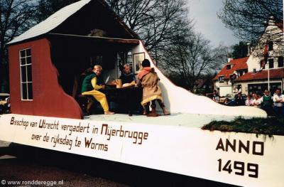 Het strategisch belang van herberg De Nieuwe Brug was het onderwerp van een wagen tijdens een van de optochten van het 2-jaarlijkse Volksfeest van Buurtvereniging Rond de Regge.