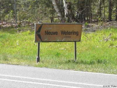 De buurtschap Nieuwe Wetering heeft geen plaatsnaamborden, maar in de omgeving staat wel een richtingbord,  zodat je in ieder geval wél de goede kant op wordt gestuurd...