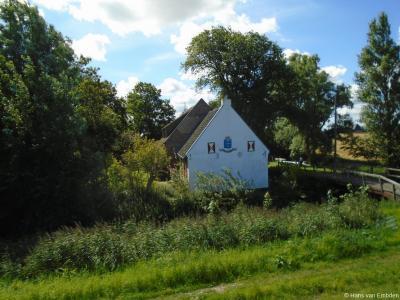Het pand op Nieuwebildtdijk 69 in buurtschap Nieuwebildtzijl dateert getuige de muurankers kennelijk uit 1804. Vermoedelijk zijn de fraaie muurschilderingen erbij door huiseigenaar en tekenaar/kunstschilder Fred Thoolen zelf aangebracht.