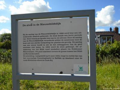 Buurtschap Nieuwebildtzijl, informatiepaneel over de sluis in de Nieuwebildtdijk.