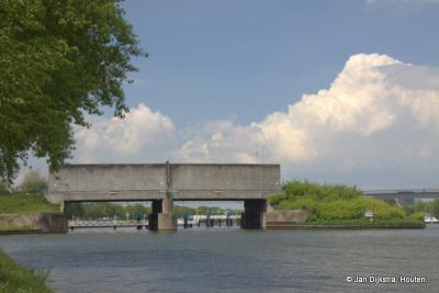 De rijksmonumentale Plofsluis in het Amsterdam-Rijnkanaal, in het N puntje van bedrijventerrein Het Klooster, wordt beschreven in het hoofdstuk Bezienswaardigheden
