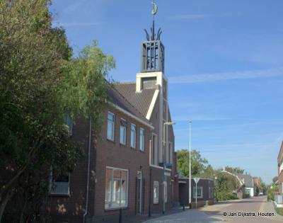 De Gereformeerde kerk in Nieuwendijk dateert uit 1878 maar is in 1964 drastisch gerenoveerd met o.a. een nieuwe voorgevel, vandaar dat hij er betrekkelijk nieuw uitziet. De kerk ligt aan de Kerkweg, die dus naar deze kerk genoemd is.