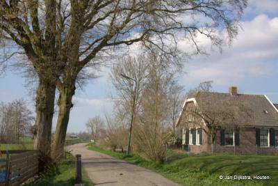 Het doodlopende Honderdsche Laantje in Nieuwer Ter Aa loopt direct langs de oostkant van het dorp naar het noorden
