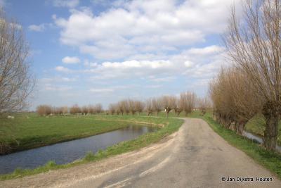 Het Honderdsche Laantje in Nieuwer Ter Aa volgt het riviertje de Aa, dat je links op de foto ziet