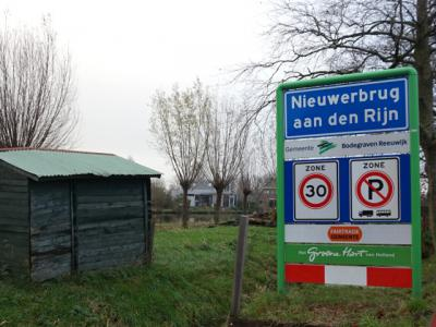 Nieuwerbrug is ook een bijzonder dorp omdat in 2009 of 2010 de naam is gewijzigd. Het dorp heet sindsdien formeel Nieuwerbrug aan den Rijn, zie daarvoor verder het kopje Naam. (© H.W. Fluks)